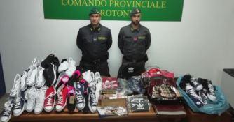 Crotone, sequestrati 700 articoli di abbigliamento contraffatti