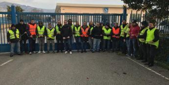 Stagionali Sacal, i lavoratori si incatenano ai cancelli della società