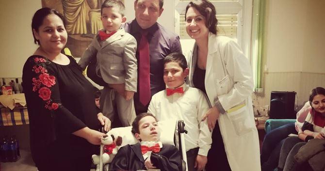 Il piccolo Alessio insieme ai familiari e ai dottori