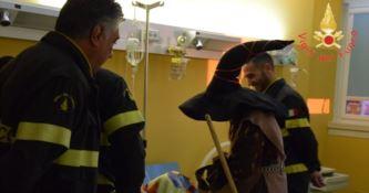 Lamezia, la Befana dei Vigili del fuoco arriva in Pediatria