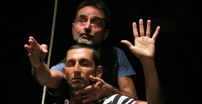 Dario Natale e Gianluca Vetromilo in una scena di