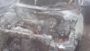 Auto in fiamme sulla statale 106 all'altezza di Squillace