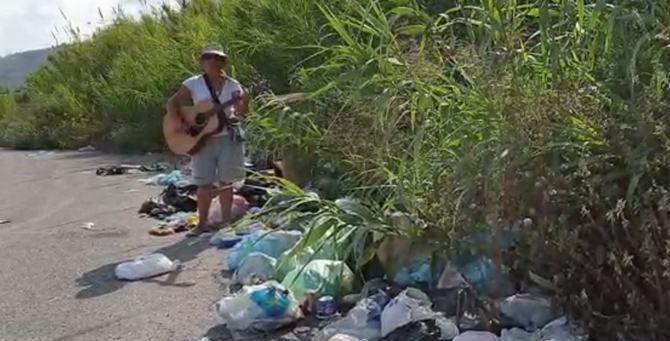 Lucia canta tra i rifiuti