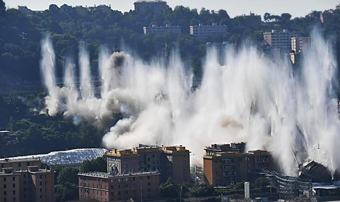 La demolizione del Ponte Morandi, foto Ansa
