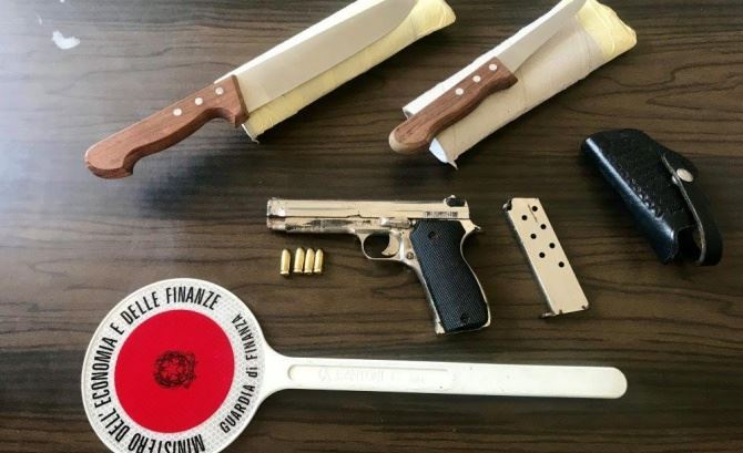 La pistola sequestrata a Reggio