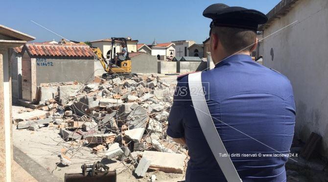 La demolizione delle tombe abusive a Locri