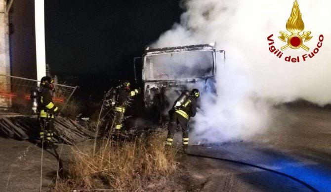 Camion in fiamma a Crotone