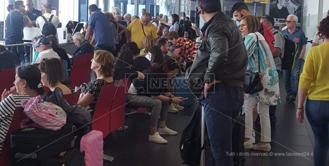 I passeggeri bloccati a Lamezia Terme