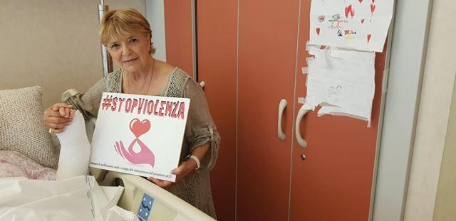 Laura Efrikian stringe la mano a Maria Antonietta Rositani