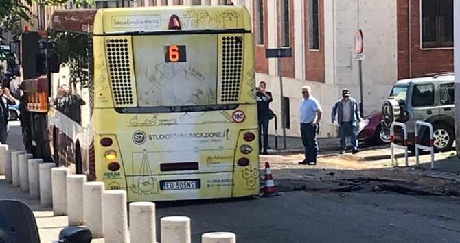 L'autobus sprofondato in una voragine a Reggio