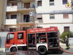 Reggio, incendio distrugge un appartamento: famiglia evacuata