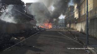Reggio, in fiamme l'enorme discarica di rifiuti nel quartiere Arghillà