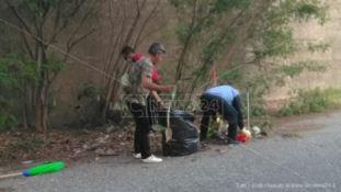 «Le istituzioni sono assenti»: i residenti ripuliscono il quartiere