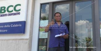Abdellah Maadarni, papà del piccolo, all'uscita della banca subito dopo l'apertura del conto corrente
