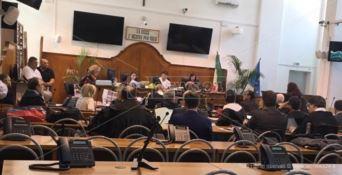Processo a Lucano, il teste: «Anche il concerto di Vecchioni pagato coi fondi dell'accoglienza»