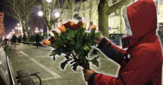Costretto a vendere rose per strada, ora aiuta le vittime di tratta