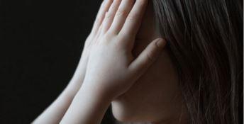 Abusava di una 14enne disabile offrendole denaro, anziano arrestato