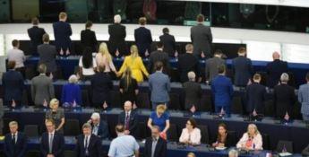 Al via il nuovo Parlamento europeo ma i deputati Brexit voltano le spalle all'inno