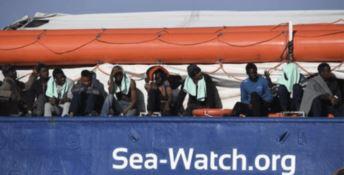 Migranti, la Sea Watch 3 forza il blocco della guardia di finanza