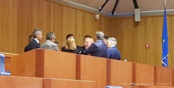 Mario Oliverio in aula con alcuni consiglieri regionali
