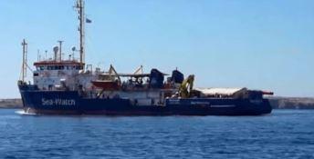 Sea Watch, notte davanti al porto di Lampedusa. Salvini: «Niente sbarco»