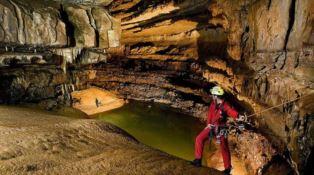 Sorpresi da un'onda di piena, quattro speleologi bloccati in una grotta nel Cosentino