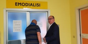 Carlo Guccione durante la visita al reparto di Emodialisi