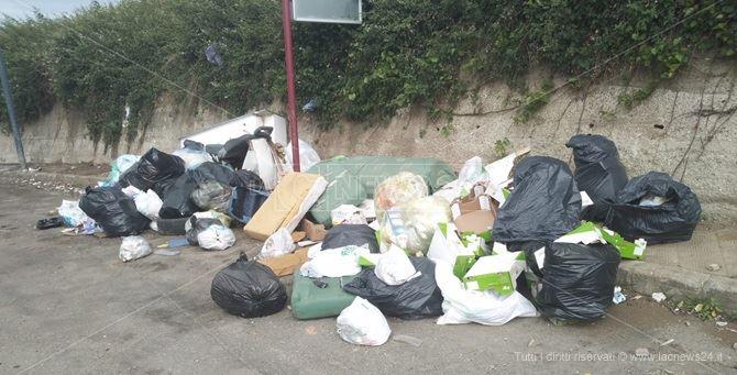 Il divano verde sepolto da nuovi rifiuti