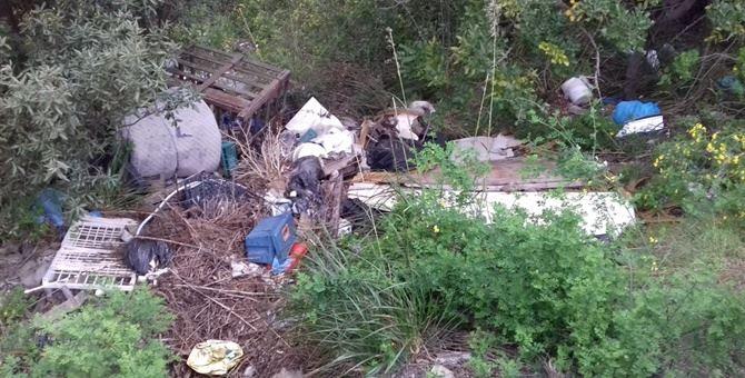 Una parte dei rifiuti rinvenuti nell'area