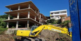 Abbattuti due edifici abusivi costruiti sulla spiaggia di Isola Capo Rizzuto