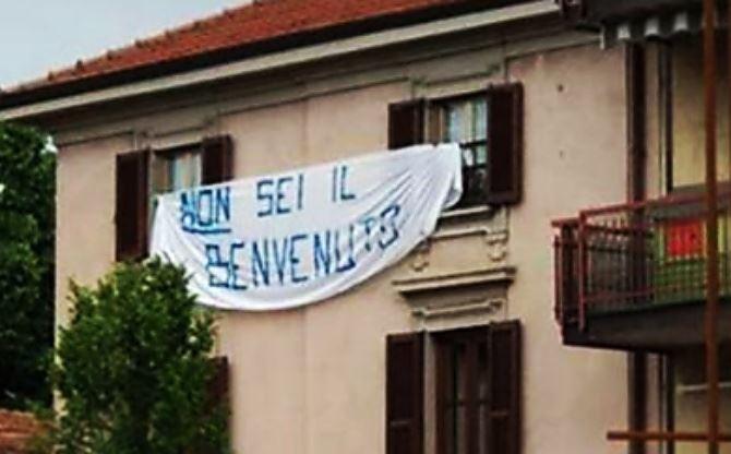 Lo striscione contro Salvini
