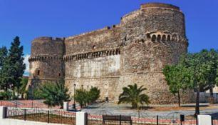Poltrone a rischio dopo la festa abusiva nel castello di Reggio