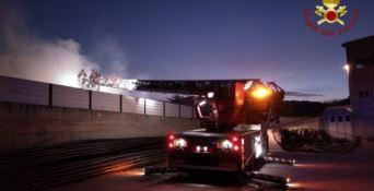 Oltre 100mila litri di acqua per domare l'incendio in un deposito a Reggio