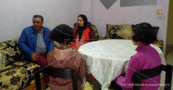 Moudik insieme alla moglie e due delle figlie