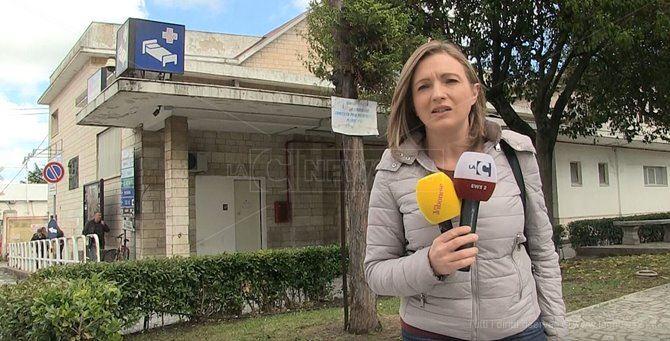 La giornalista Cristina Iannuzzi dinnanzi all'ospedale di Vibo