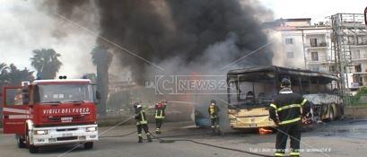 Soverato, a fuoco tre autobus nel piazzale dell'autostazione