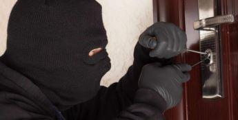 Svaligiavano le case e rivendevano al Compro oro, arrestati due ladri seriali