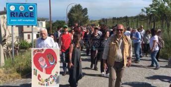 """""""È stato il vento"""", a Riace in centinaia in marcia per Lucano"""