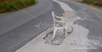 """Alto Tirreno, l'immancabile """"seggia"""" per segnalare buche sulla provinciale"""