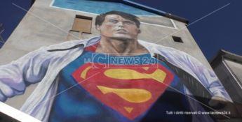 Filippo, il supereroe che combatte contro il cancro come il dipinto sulla sua casa