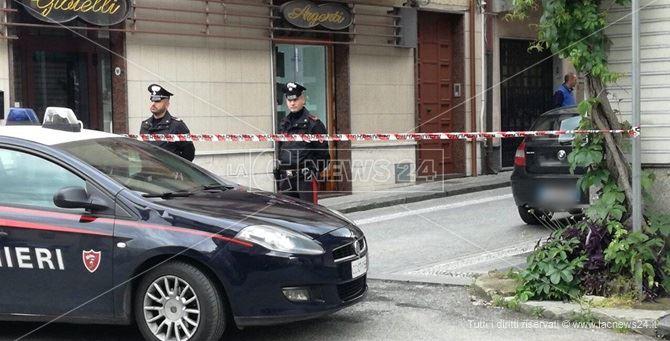 Il palazzo presidiato dai carabinieri