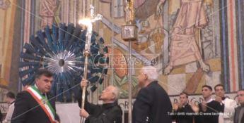 Da Gerardo Sacco una croce in oro e argento per omaggiare San Francesco