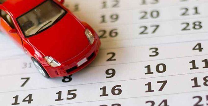 Un'auto giocattolo su un calendario