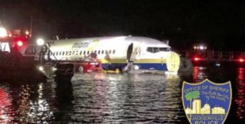 Tragedia sfiorata negli Usa: aereo va fuori pista e finisce in un fiume
