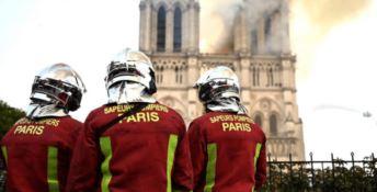 """Sei vigili del fuoco """"eroi"""" di Notre Dame indagati per stupro"""