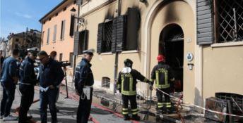 Sette identità per il giovane che incendiò il comando di polizia locale