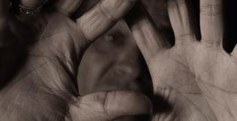 Tenta di aggredire la madre davanti ai carabinieri, arrestato per maltrattamenti