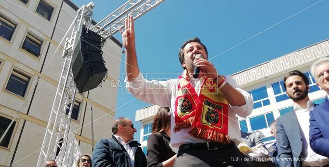 Salvini con la sciarpa del Catanzaro