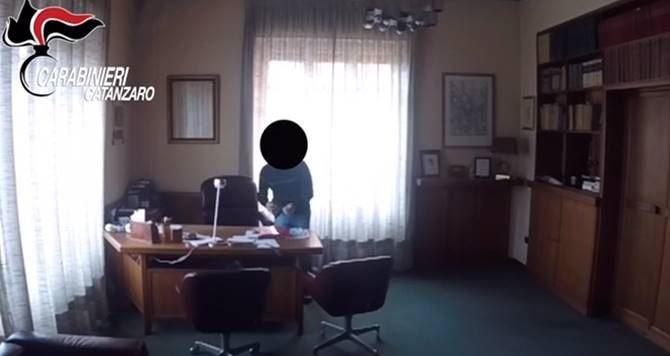 Il ladro in azione nello studio legale di Catanzaro