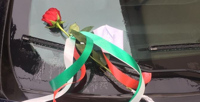 La rosa lasciata sull'auto dei carabinieri